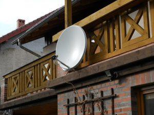 Montaż anten - antena satelitarna ładnie na balkonie